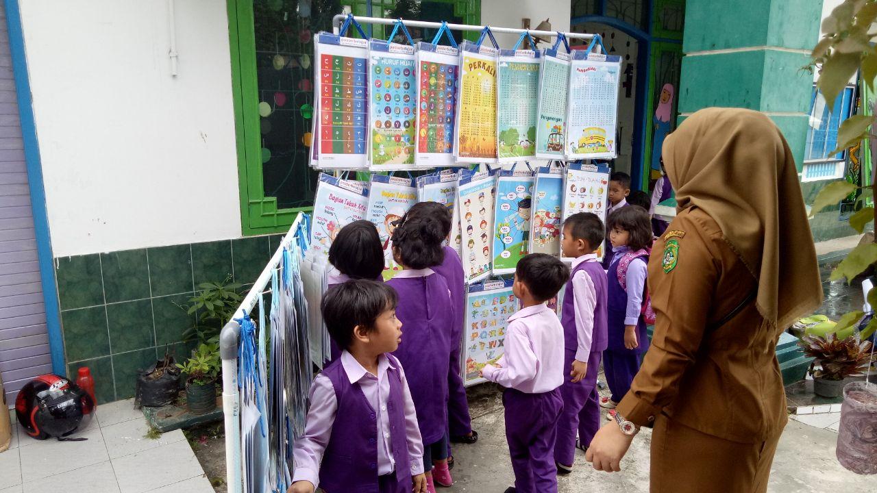 Konsumen 4 poster belajar pendidikan peluang ide bisnis ...